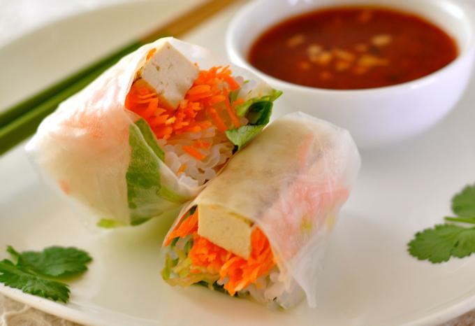 Vegan spring rolls with a hot and sweet sauce. (#vegan) ordinaryvegan.net