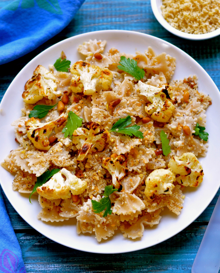 This vegan cauliflower pasta explodes with flavors beginning with the the sweetness of the caramelized cauliflower, nutty garlic breadcrumbs and pine nuts. (#vegan) ordinaryvegan.net