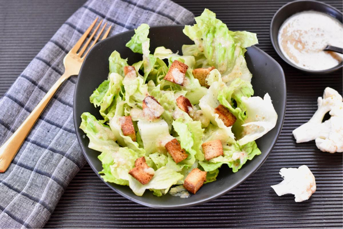 A super simple oil-free vegan Caesar salad recipe made with the humble, nutritious cruciferous vegetable - cauliflower. (#vegan) ordinaryvegan.net